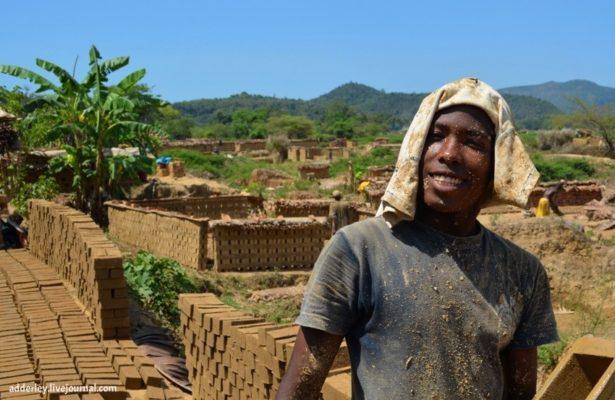 Как делают кирпичи на Мадагаскаре