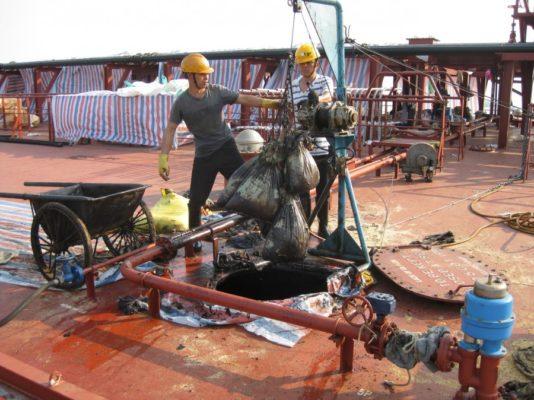 Как чистят от мазута танкеры