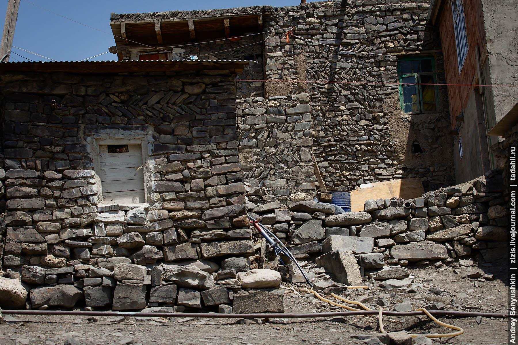 Как строят дома из палок и грязи