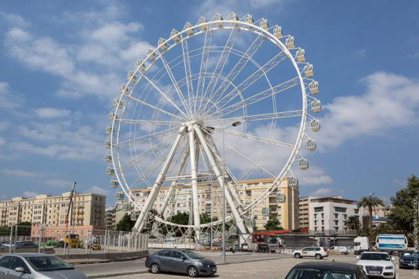 Как собирают 70-метровое колесо обозрения