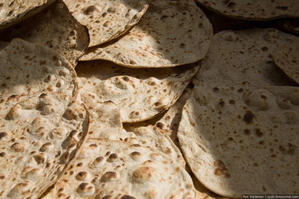 Как пекут хлеб в иранской пекарне