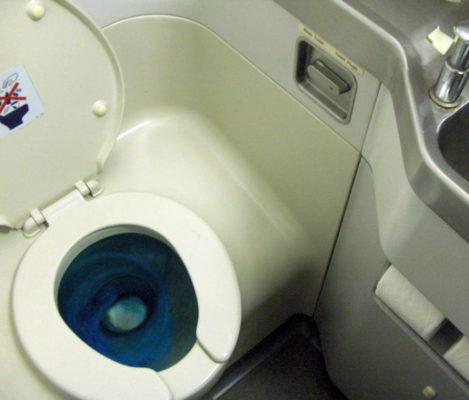 Как устроен самолётный туалет старого (циркуляционного) типа