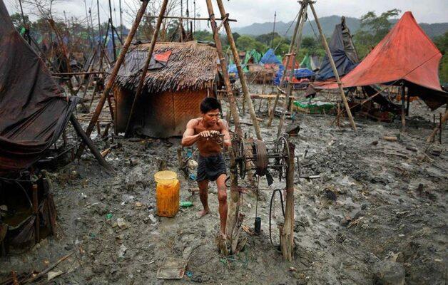Как добывают нефть ручным способом в Мьянме
