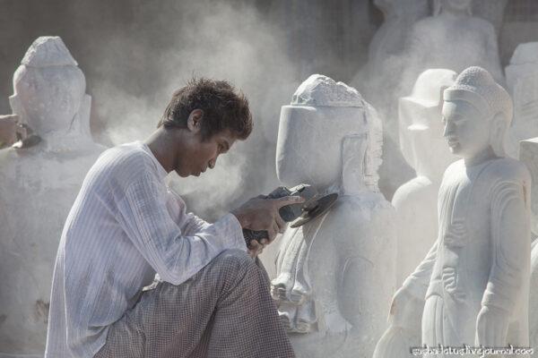 Как вырезают каменные скульптуры в Мьянме